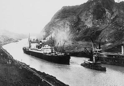 Primer viaje a través del Canal de Panamá el 15 de agosto de 1914