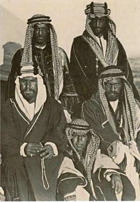ABD AL-AZIZ IBN SAUD (1876-1953) (Sentado a la izquierda)