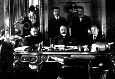 ANTON DENIKIN (1872-1947) SENTADO EN EL CENTRO.