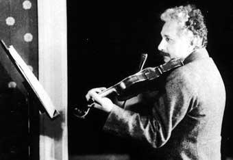 Einstein tocando el violín, una de sus aficiones favoritas
