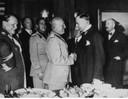 El saludo entre Mussolini y Chamberlain