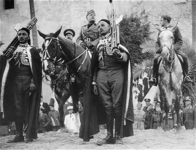 Mussolini haciendo su entrada en Addis Abeba