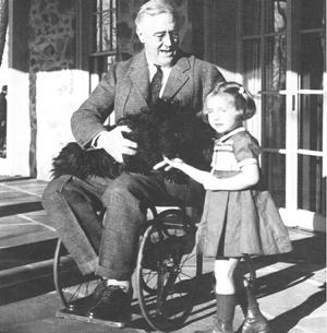 FRANKLIN ROOSEVELT CON SU NIETA RUTHIE BIE Y FALA, SU PERRO, EN HILLTOP COTTAGE EN HYDE PARK, 1941