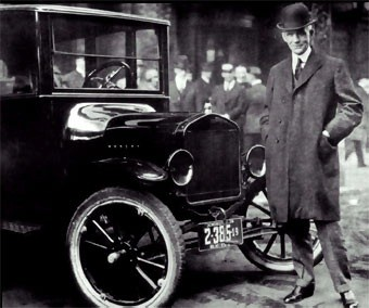 HENRY FORD (1863-1947) JUNTO AL FORD T.