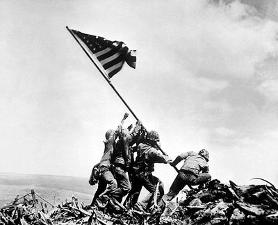 Los soldados estadounidenses colocando la bandera de su país en Iwo Jima