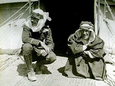 LOWELL THOMAS Y A SU IZQUIERDA LAWRENCE DE ARABIA.