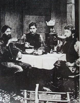OBREROS EN UNA TABERNA EN MOSCÚ HACIA 1900