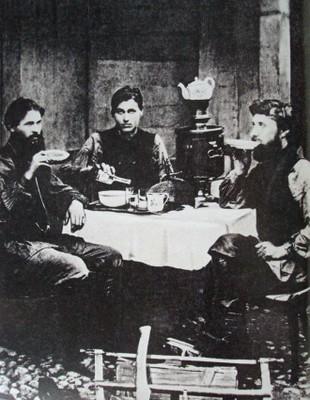 Obreros en una taverna en Moscú hacia 1900