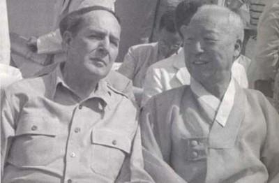 DOUGLAS MACARTHUR Y SYNGMAN RHEE EN 1948