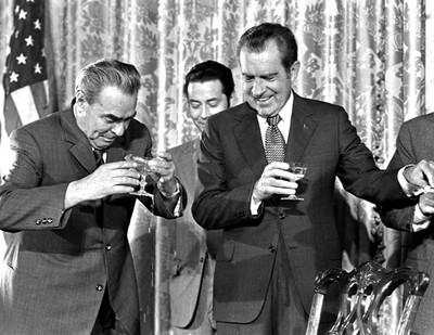 EL DIRIGENTE SOVIÉTICO LEONIDA BREZHNEV Y EL PRESIDENTE ESTADOUNIDENSE RICHARD NIXON EN WASHINGTON EN 1973.