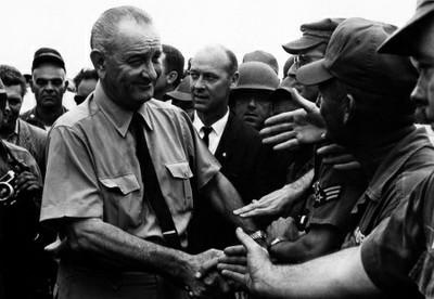EL PRESIDENTE LYNDON B. JOHNSON VISITANDO A LAS TROPAS NORTEAMERICANAS EN VIETNAM (1966)