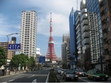 LA TOKYO TOWER; PINTADA EN BLANCO, ANARANJADO Y ROJO