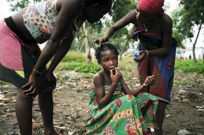 """ESTHER, UNA NIÑA """"TRABAJADORA SEXUAL"""", CON SUS HERMANAS EN KINSHASA, REPÚBLICA DEMOCRÁTICA DEL CONGO"""