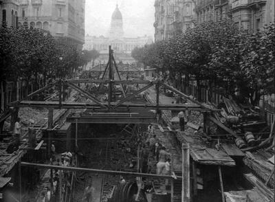 Construcción bajo la Avenida de Mayo